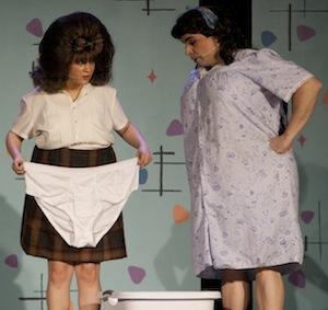Amber Jonas (Tracy) et Mike Melino (Edna)