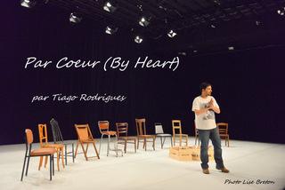 Tiago Rodrigues et 10 chaises pour des volontaires