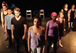 Eva Petris (dans le rôle du Capitaine Aurora au centre) dans la comédie musicale «Captain Aurora: A Superhero Musical»