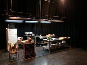 La cuisine en fond de scène.