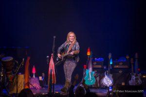 Mélissa Etheridge entourée de ses guitares