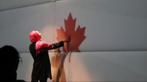 Une candidate pousse la porte menant à son assermentation © Olivier Choinière