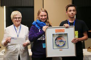 Arnaud Larue reçois le prix pléiades de la part de la présidente de la FAAQ Louise Oueller et de la récipiendaire de l'an dernier Clara Scattolin