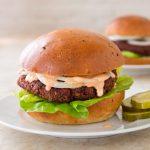Hamburger aux haricots, betteraves et bulgur