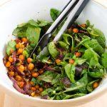 Salade de pois chiches croustillants épicés et vinaigrette miel et moutarde