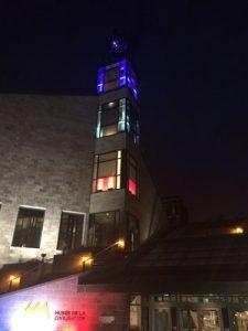En guise de solidarité avec le peuple français, le Musée de la civilisation à Québec est illuminé aux couleurs de la France, tout comme le Musée de l'Amérique francophone.