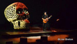 Jean Leloup et un crâne géant sur scène