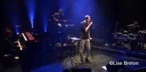 Grand Corps Malade avec ses musiciens sur la scène du Théâtre le Petit Champlain Crédit photo @ Lise Breton