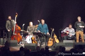 François Léveillée entouré de ses musiciens et ses invités