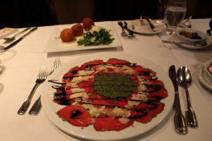 Le Supplis di Risotto alla Formaggio et Le Carpaccio de bœuf au pesto maison et copeaux de parmesan