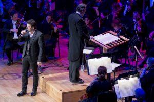 Patrick Bruel sur scène avec les musiciens des concerts OSM POP © photo: courtoisie