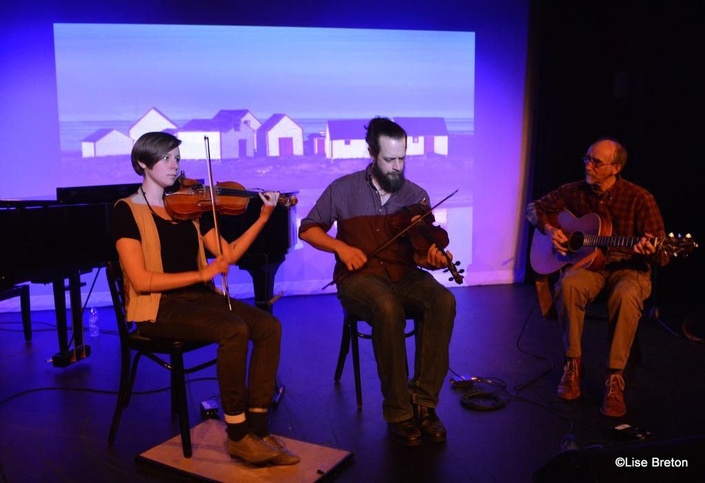 Elizabeth Moquin, Mathieu Gallant et Guy Bouchard devant une image de Natashquan