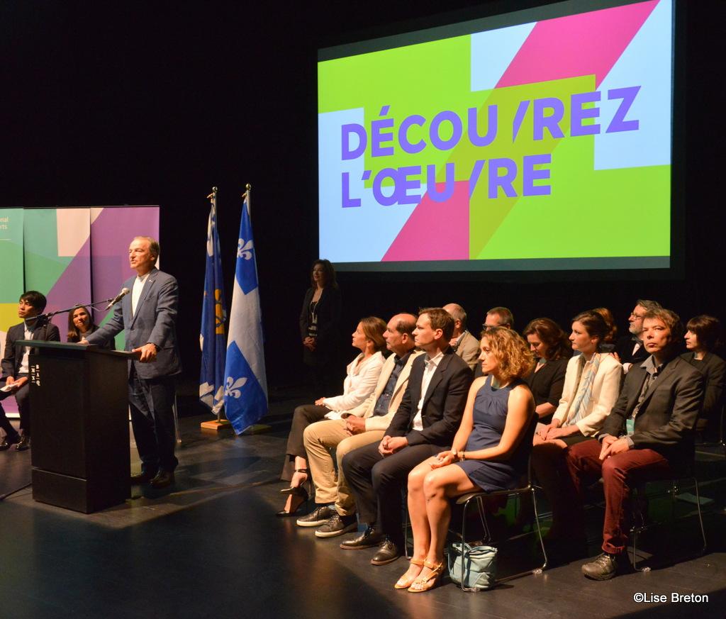 Pierre Lassonde au micro et les gens qui ont travaillé au projet