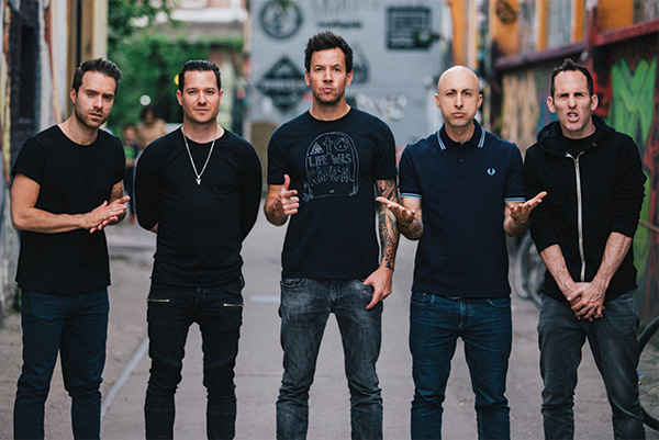 SIMPLE PLAN   La Tournée Taking One For The Team