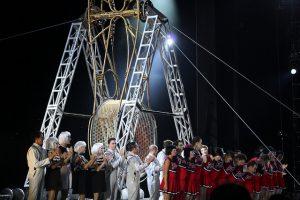 Présentation des artistes à la fin du spectacle, devant les roues de la mort.