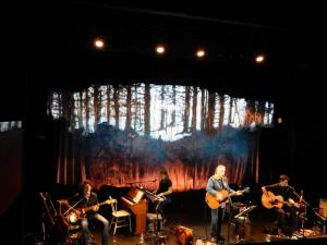 Richard Séguin, ses musiciens  et le décor d'arbres