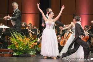 Le chef d'orchestre et les danseurs
