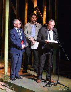 3 présentateurs avant les pièces