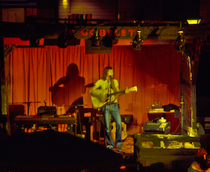Un chansonnier à la boîte à chansons de La Ronde