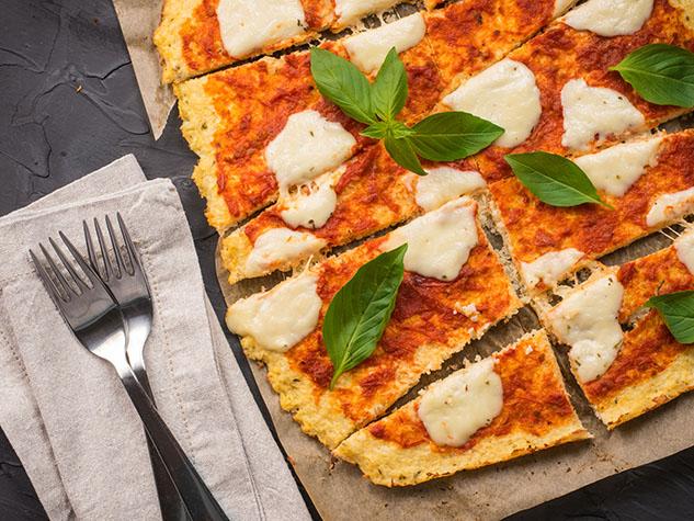 Pizza au fromage et tomates avec croûte de chou-fleur Keto